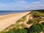 Une plage tranquille pour profiter de la mer et du grand air.