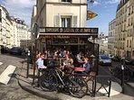 La terrasse du café en haut de la rue Muller