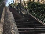 l'escalier en haut de la rue Muller avec les réverbères qui monte au Sacré coeur