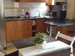 Cocina y mesa extensible.