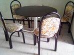Comedor con cuatro sillas