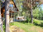 Hereford Cabin 693 - Swing in backyard