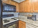 This large kitchen makes cooking a breeze.
