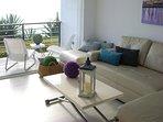 Salón integrado en terraza con cierre Lumon.