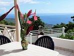 Grande terrasse avec vue panoramique sur la mer et le littoral.