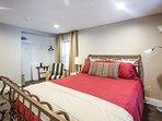 Bedroom 1 - queen bed. 40' cable HDTV.