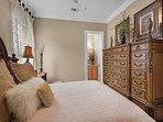 Desti-N-ation Villa - Queen Bedroom w/ Adjoined Bathroom