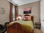 Desti-N-ation Villa - Queen Bedroom w/ HD TV and Shared Bath
