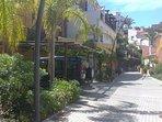 Aparcamientos sombreados a pie de casa propiedad del complejo residencial y gratis para su uso.