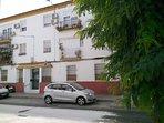 Edificio del apartamento en Calle Naos. El barrio es tranquilo, familiar y seguro