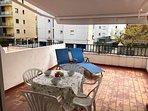 Terraza 25m2 con 2 tumbonas, barbacoa eléctrica, toldo y mesa y sillas para 4.