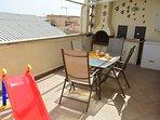 il terrazzo attrezzato con cucinotto e tenda da sole elettrica per le calde giornate estive.