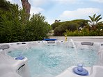 Private SPA/ jacuzzi with warm water for 6 people