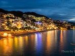 Vista di notte dal balcone, il Malecone con molti ristoranti e brillante intrattenimento