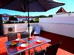 På terrassen finns solstolar och matplats. Parasoll för den som söker skugga.