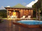 Le soleil se couche doucement sur Agate, sa piscine et son deck privé