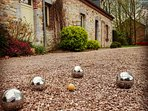 Partie de pétanque devant la maison. Les boules sont disponibles sur place!