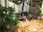Agradabel patio con mesa picnick o desayunador con relajante fuente de agua.