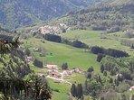 Sur le sentier des lapidaires... le hameau Montépile se trouve tout au fond