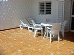 Terraza con barbacoa y muebles de jardin.