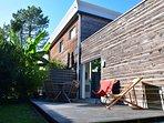 Votre terrasse en bois sans vis à vis, entouré d'un jardin exotique.