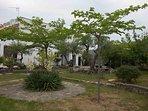 jardín con cámaras de seguridad, mobiliario  y barbacoa