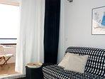 Terraza-sala con sofá-cama.