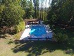 Piscine, soleil, transat, piscine extérieure, piscine panoramique, barbecue , amis, brunch.