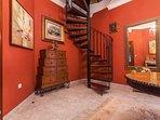 Escalera de acceso al apartamento en salón planta baja