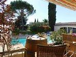 Terrasse de la piscine, partie ombragée et partie ensoleillée