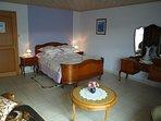 Chambre lilas spacieuse et coquette chambre avec un grand lit double. Un petit balcon