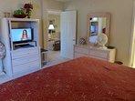 Camera da letto con TV a schermo piatto.