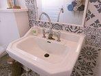une salle de bain au charme authentique