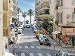 La rue Saint Philippe, à l'angle du studio, vous emmène en moins de 5 minutes à la plage.
