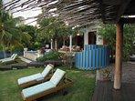 Piscina, veranda coperta, un sacco di sedie a sdraio, doccia esterna, capanna di yoga - questo cantiere ha tutto!