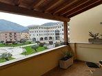 Veduta panoramica dalla veranda del sogg-pranzo. Sullo sfondo la sede del Municipio e la Piazza.