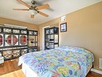 Utilize the second bedroom's unique storage space for your belongings!