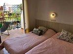 Habitación con 2 camas individuales que se pueden juntar. Salida a la terraza.