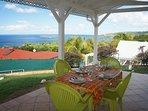 Grande terrasse avec vue panoramique sur les Ilets Pigeon (Réserve Cousteau).