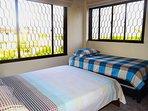 Habitación 02 acomodación triple, una cama doble y una sencilla