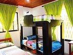 Habitación 01 en acomodación cuádruple , una cama doble y una litera