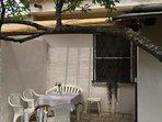veranda su giardino posteriore con barbecue