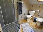 Douche moderne, wc et bidets. Radiateur sèche serviettes / cheveux