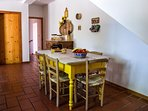 ampia luminosa e colorata cucina in stile rustico