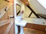 Pond Cottage - family bathroom