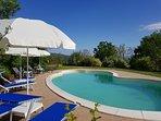 Heerlijk zwembad met strandbedden, parasols en buitendouche