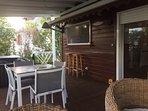 Terrasse couverte extérieure avec spa.
