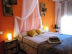 Habitación con cama cómoda viscoelástica