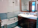 Baño 1 con bañera y ducha integrado en la habitación principal