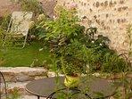 le petit jardin clos de hauts murs, pour prendre ses repas et se relaxer après une balade